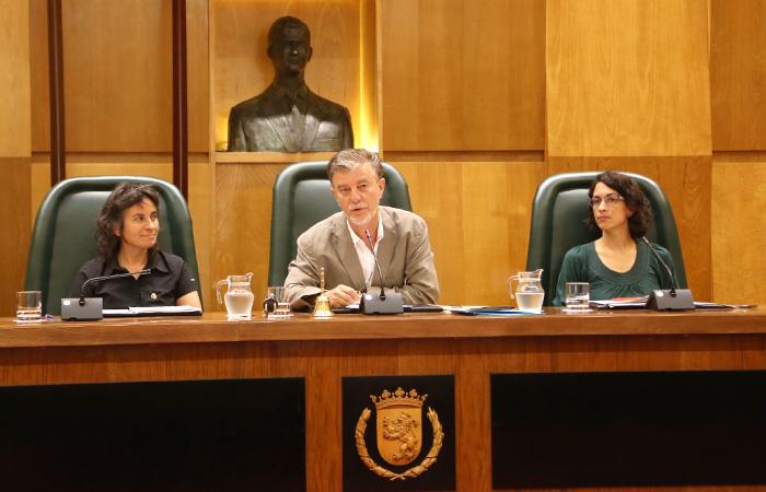 El Alcalde de Zaragoza preside uno de los plenos municipales.