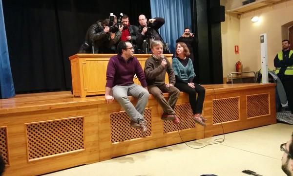 El alcalde, flanqueado por Cubero y Artigas, habla durante la asamblea