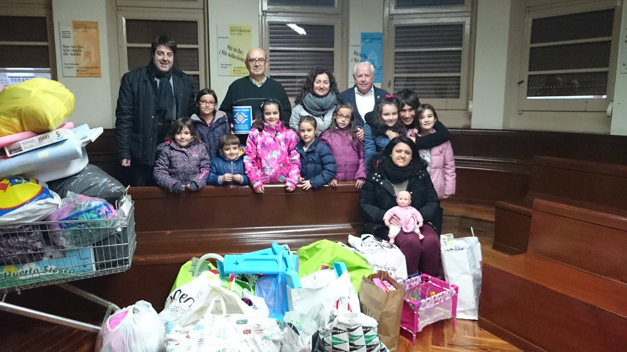 Los niños junto a los juguetes donados, en El Refugio.