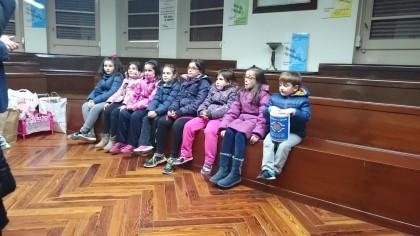 Varios de los niños que acudieron a El Refugio con las donaciones.