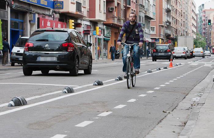 Un ciclista circulando por el centro de Zaragoza.