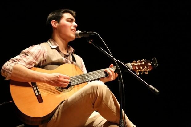 Celino Gracia, en una de sus actuaciones a la guitarra
